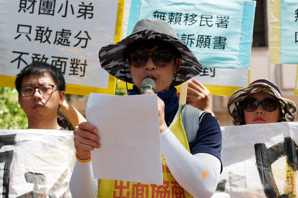 Hydis工人代表宣讀集體共擬的聲明書,控訴移民署侵犯人權與隱私。(攝影:林佳禾)