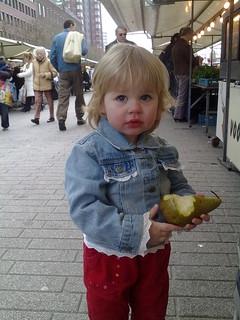 Annika pikt een peer op de markt