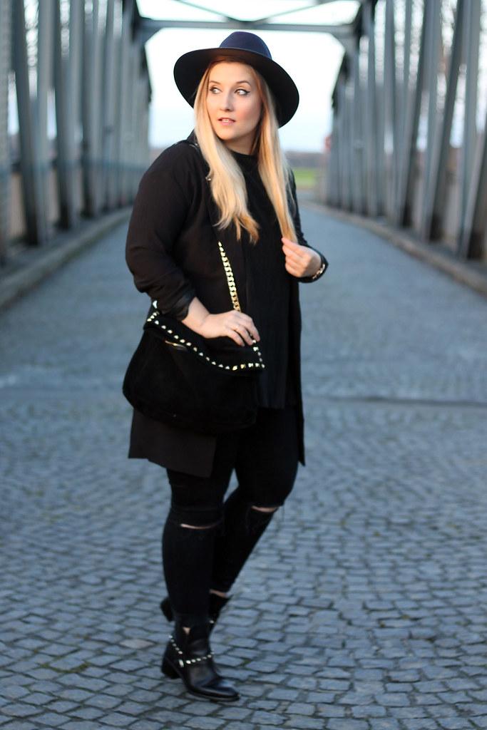 ouftit-look-style-schwarz-stiefeletten-nieten-zara-blazer