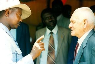 Il presidente dell'Uganda Museveni con Anacleto Dal Lago per l' inaugurazione dell'ospedale di Arua (West Nile - 1993)