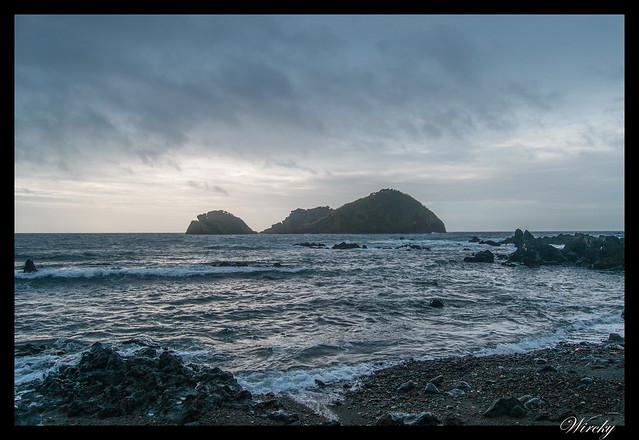 Playa de arena negra con isla de Vila Franca do Campo