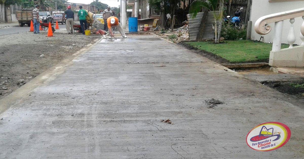 Reparan aceras y bordillos en San Felipe