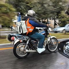 Qué buen amigo es el plástico en la época de lluvia no creen!? #plástico #guatemala #gajesdeloficio #paralelo17n #motos #motorista #obreros