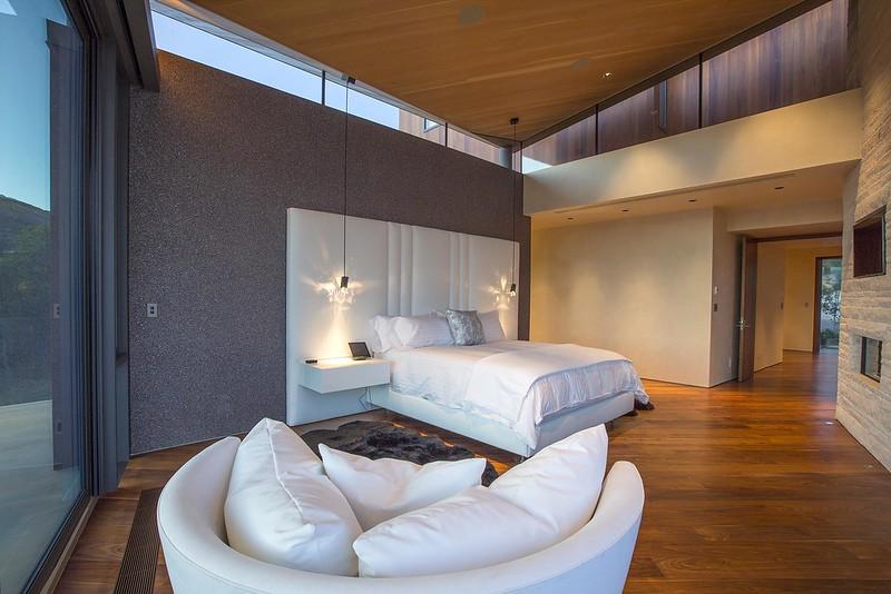 Спальня с высоким потолком в доме