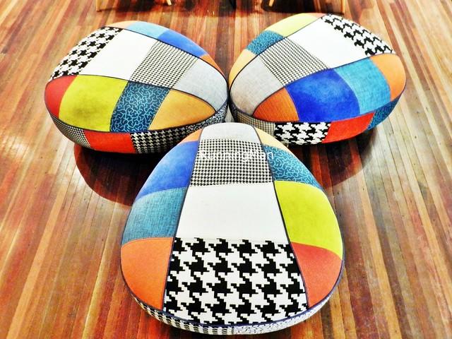 U Hotel 06 - Colourful Stools