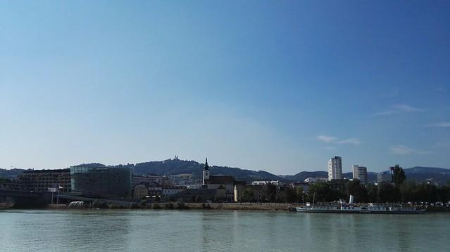 Blick über die Donau mit dem Ars Electronica Center und dem Pöstlingberg