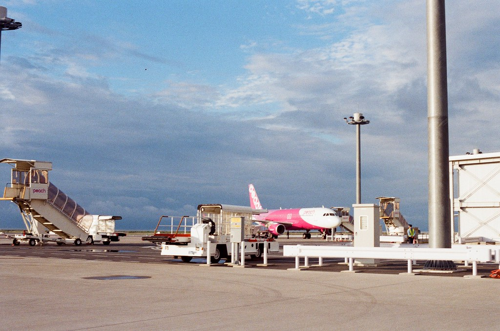 長崎空港 Nagasaki 2015/09/09 停機坪上面的飛機。  Nikon FM2 Nikon AI Nikkor 50mm f/1.4S Kodak UltraMax ISO400 Photo by Toomore