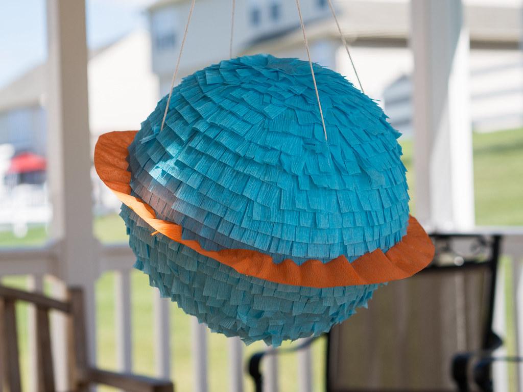Saturn piñata