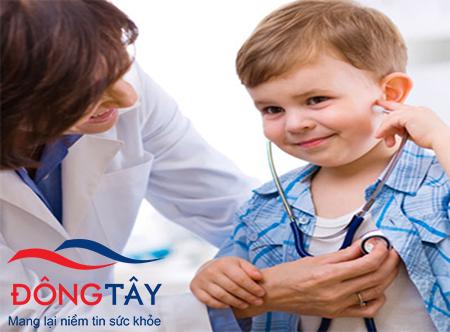 Đưa con tái khám sức khỏe định kỳ thường xuyên giúp đánh giá hiệu quả điều trị rối loạn nhịp tim