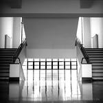 Treppenaufgang im Hauptgebäude des Bauhaus Dessau Ensemple - analog, S/W, 6x6