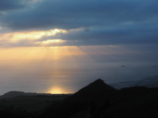 Une photo du coucher de soleil prise en rentrant sur Ponta Delgada