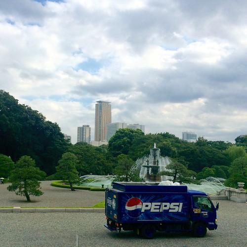 迎賓館 赤坂離宮 参観 ペプシの車。