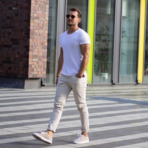 無地白Tシャツ×オフホワイトデニム×ベージュスニーカー