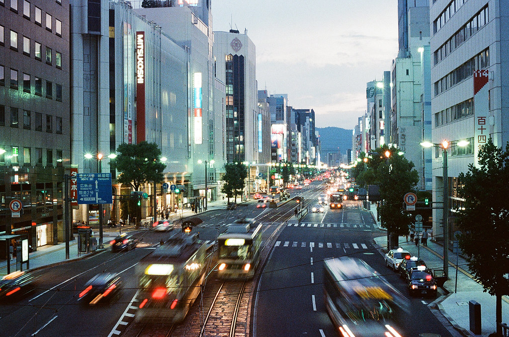 胡町 銀山町 天橋 路面電車 広島 Hiroshima 2015/08/30 這裡剛好有天橋,之前看過別人的作品也是在這裡拍攝的。  Nikon FM2 Nikon AI Nikkor 50mm f/1.4S Kodak UltraMax ISO400 Photo by Toomore