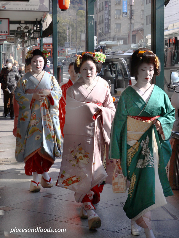 kyoto gion maiko geisha group walking