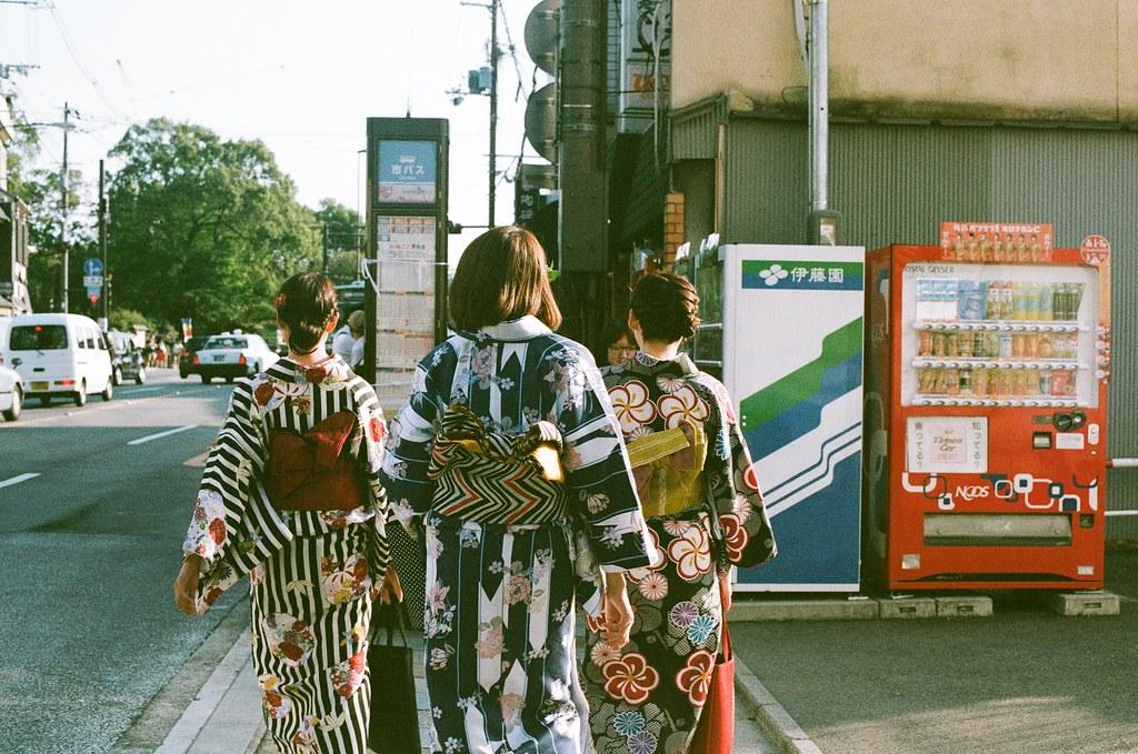 清水寺 京都 Kyoto 2015/09/23 一下公車就看到前面有人穿和服,我就跟在後面慢慢拍。  Nikon FM2 Nikon AI Nikkor 50mm f/1.4S AGFA VISTAPlus ISO400 0947-0037 Photo by Toomore