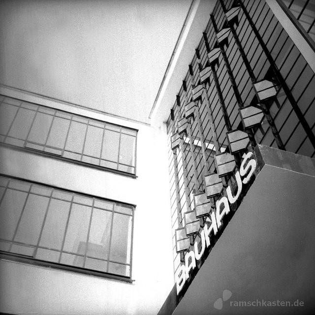 Eingang zum Hauptgebäudes des Bauhaus Dessau Ensemple - analog, S/W, 6x6