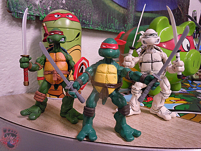 "Nickelodeon ""HISTORY OF TEENAGE MUTANT NINJA TURTLES"" FEATURING LEONARDO - COMIC BOOK LEONARDO vi / with NECA TMNT , B+W Comic LEOs '08 (( 2015 ))"