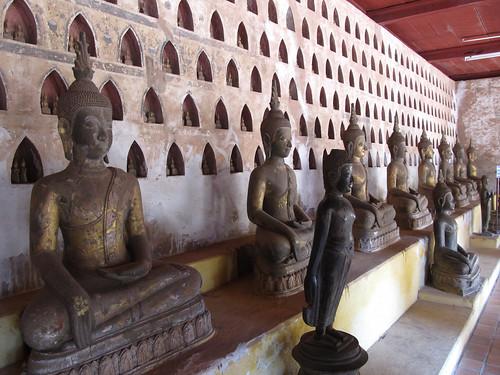 Vientiane: le temple Vat Sisaket et ses 2000 statuettes de bouddha. Mister J a trouvé un bouddha superman...