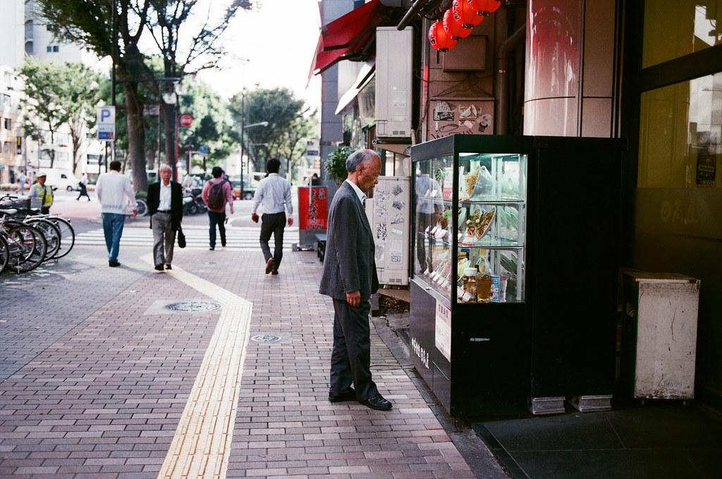 新宿三丁目 Tokyo, Japan / AGFA VISTAPlus / Nikon FM2 在池袋的時候也拍過類似的畫面,就是路人站在展示櫃前看有吃什麼的畫面。  這畫面其實滿可愛的。  Nikon FM2 Nikon AI AF Nikkor 35mm F/2D AGFA VISTAPlus ISO400 0996-0021 2015/10/02 Photo by Toomore