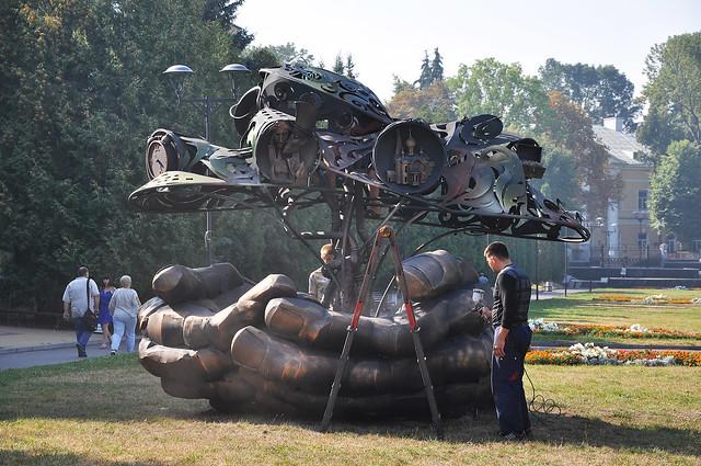 Величезні сталеві долоні - нова скульптура біля «Лебединки»: фігура важить майже 3 тонни