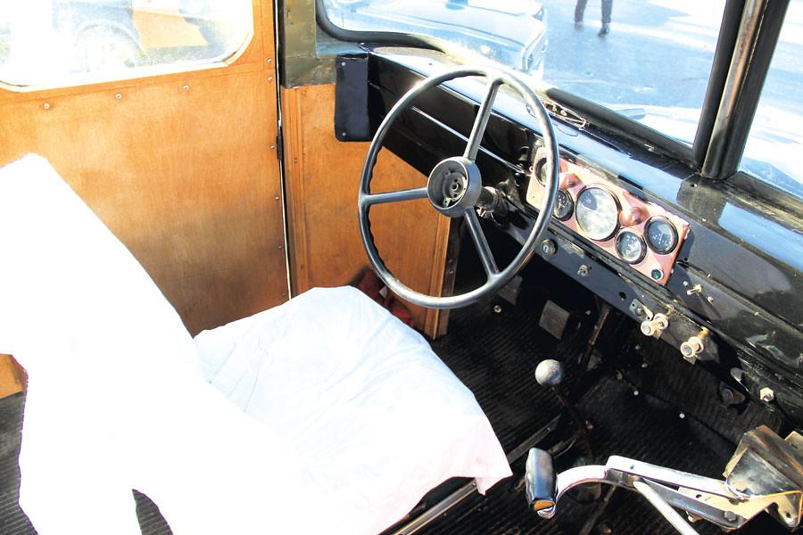 Автобус капотного типа, произведение механического завода «Уралец»