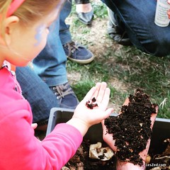 Training: learning to make compost // On apprend à faire du composte #compost #cop21 #kid #kids #child #children #childrenphoto #young #cute #pretty #adorable #sweet #nice #instacute #nature #instanature #naturelovers #naturelover #mothernature We are a #