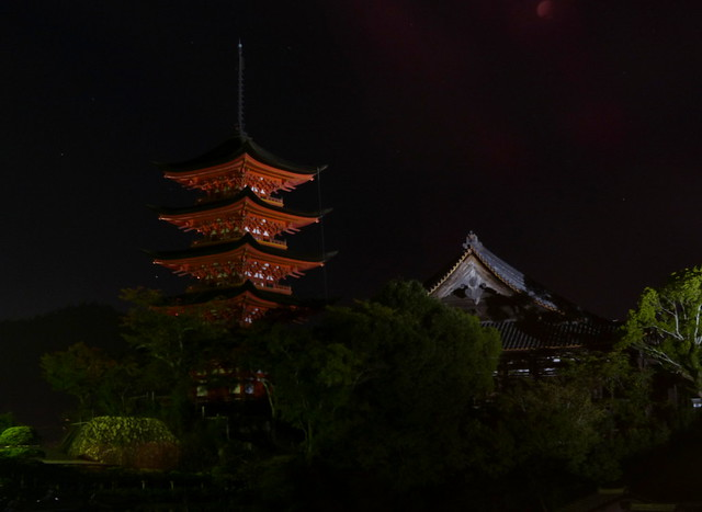 Toyokuni Shrine and 5 story pagoda at night