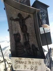 Am Gipfelkreuz hängt eine ganz besondere Christus-Darstellung