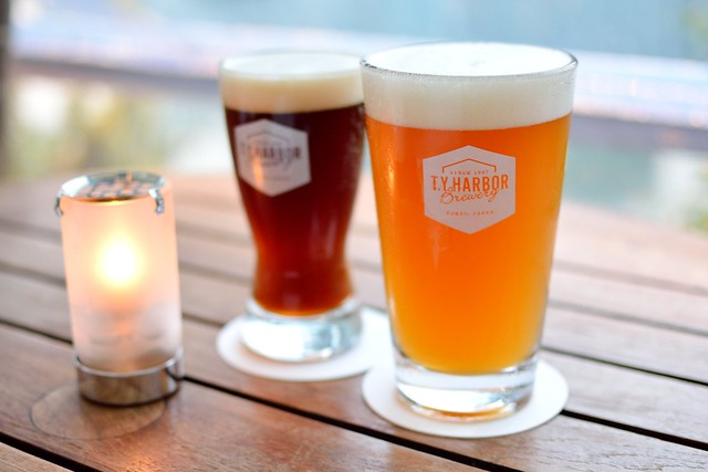 t.y.harbor自慢のクラフトビール。アンバーエールとペールエールで乾杯。