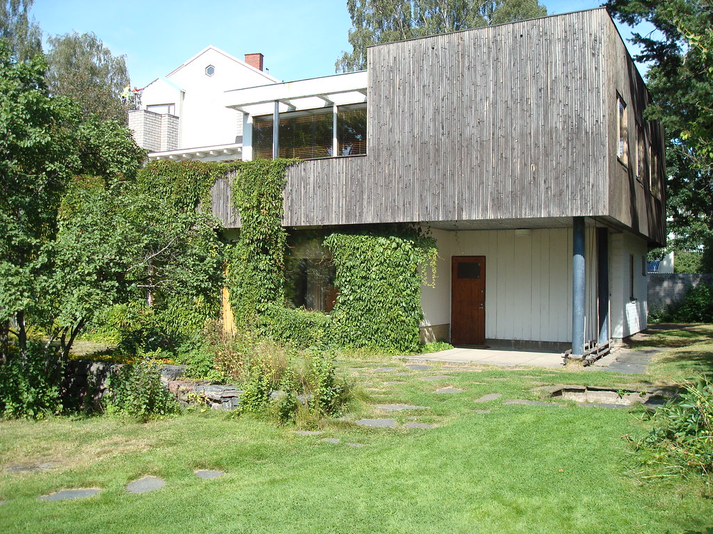 Alvar Aalto House: overview of garden area and rear facade from the south