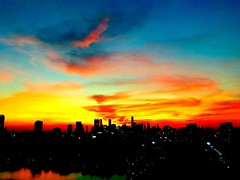 The sun put in quite a show while setting tonight. #sunset #bangkok