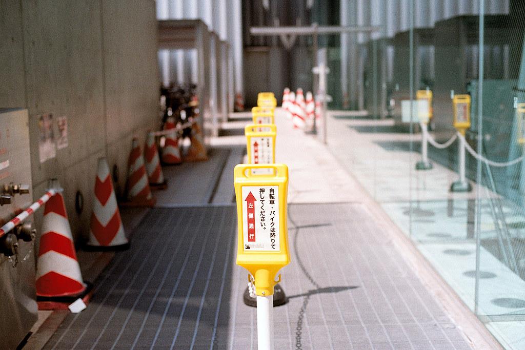 """小路障 仙台街道 Sendai 2015/08/07 好像是博物館旁邊的小路障  Nikon FM2 / 50mm Kodak ColorPlus ISO200  <a href=""""http://blog.toomore.net/2015/08/blog-post.html"""" rel=""""noreferrer nofollow"""">blog.toomore.net/2015/08/blog-post.html</a> Photo by Toomore"""
