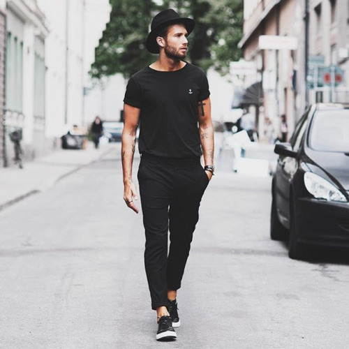 全身黒コーデ Tシャツ×スラックス×ローカットレザースニーカー