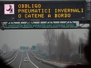 OBBLIGIO PNEUMATICI INVERNALI O CATENE A BORDO Italien Deutschland 00311