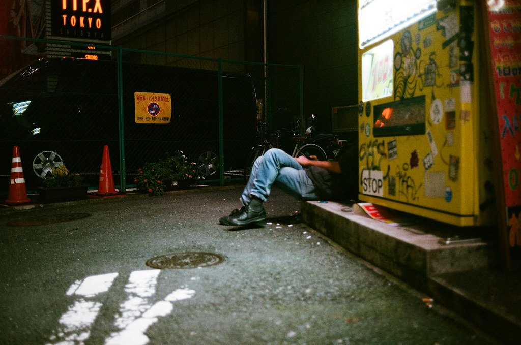 渋谷 Tokyo 2015/10/02 下午去了明治神宮後,想說渋谷就在附近,而且晚上的時候也很熱鬧,可以拍一些街道巷弄的景。當我走過一個巷口販賣機的時候看到這一幕嚇到,我有走過去確認一下人是否安好,然後再小碎步的退到後面拍下來!但好像沒有對到焦!可惡!   Nikon FM2 Nikon AI AF Nikkor 35mm F/2D AGFA VISTAPlus ISO400 0998-0013 Photo by Toomore