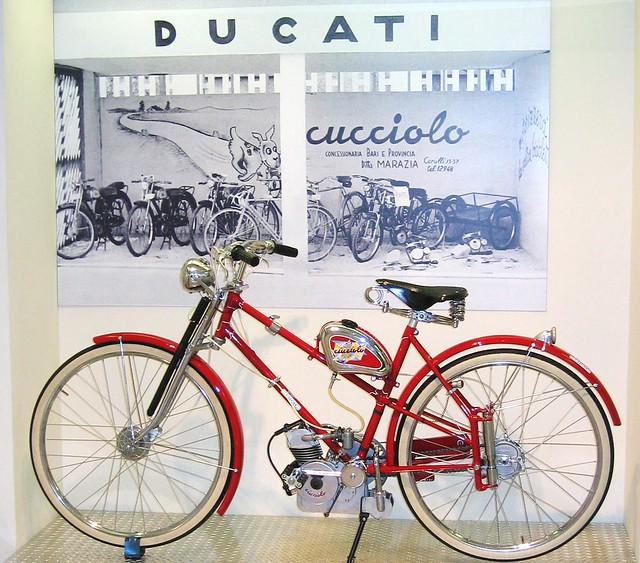 Мото-велосипед Ducati с двигателем Cucciolo объемом 50 куб. см.