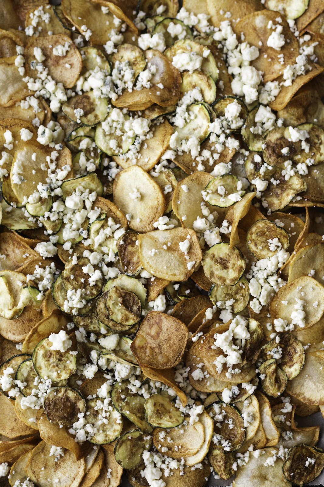 Potato and zucchini chips with gorgonzola