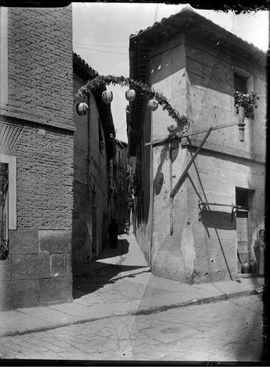 Santo Tomé y Calle de la Campana en Toledo hacia 1920. Fotografía de Enrique Guinea Maquíbar © Archivo Municipal de Vitoria-Gasteiz