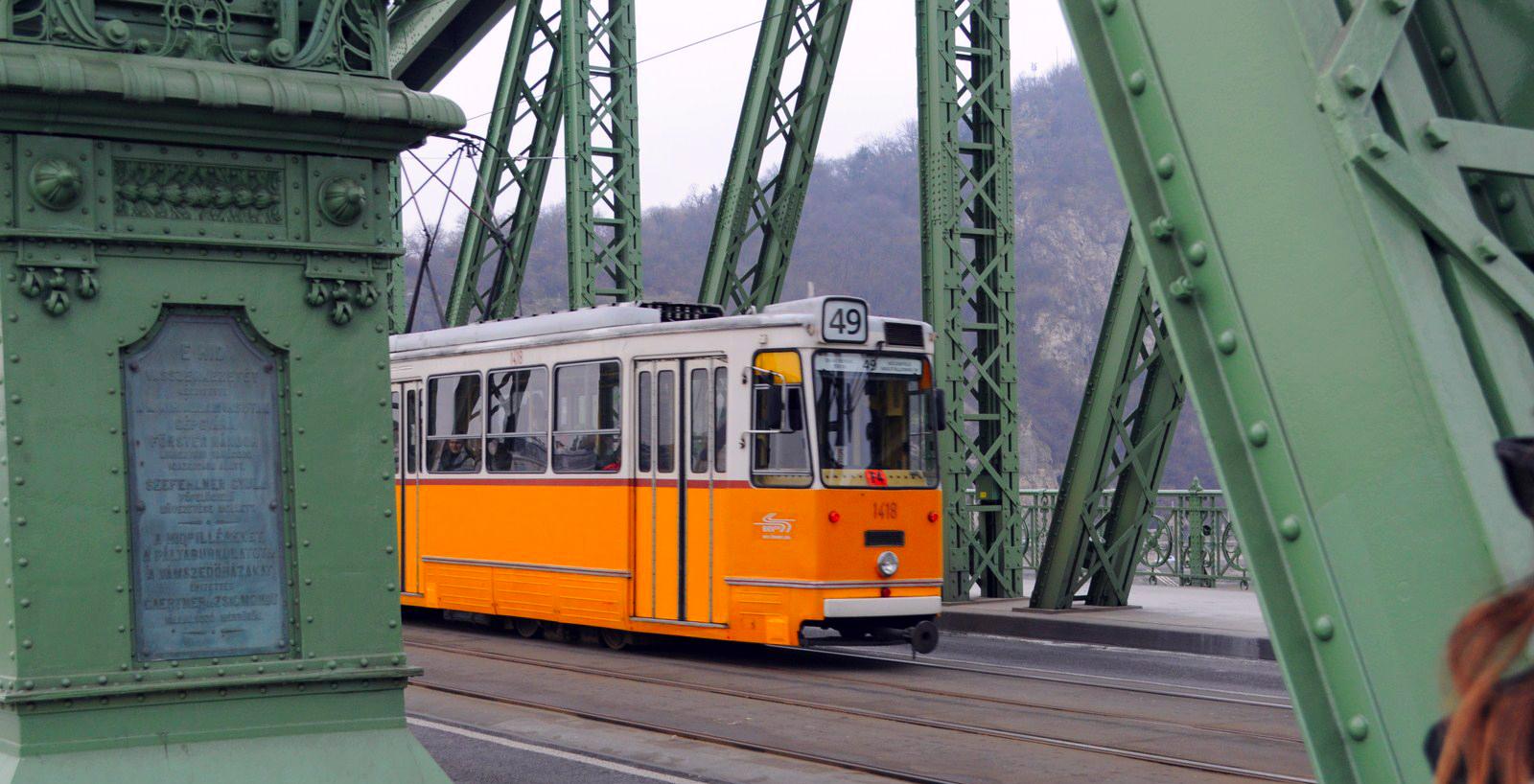 Qué ver en Budapest en un fin de semana: Tranvía cruzando el Danubio budapest en un fin de semana - 21411362632 2c984146f0 o - Qué ver en Budapest en un fin de semana
