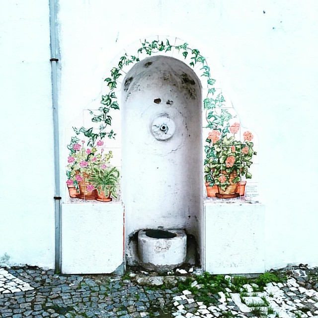 I found this dry fountain, hidden in plain sight, just a few steps away from my usual path. #Lisboa #Lisbon #lisbonlovers #dslooking #mycity #artistswhowalk #wandering #mytinyatlas