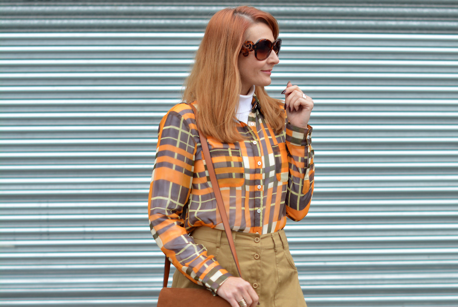 70s style without wearing flared jeans | Midi skirt, roll neck, shades of brown and orange