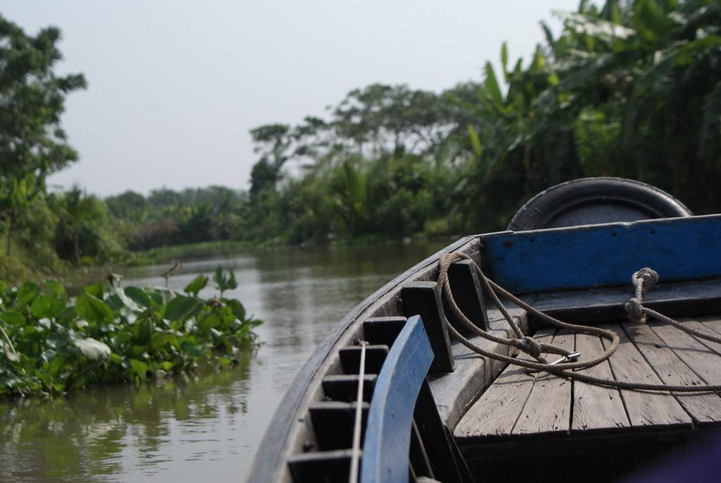 En barque sur le delta du Mékong au Vietnam.