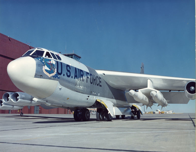 B-52H with Skybolts 1