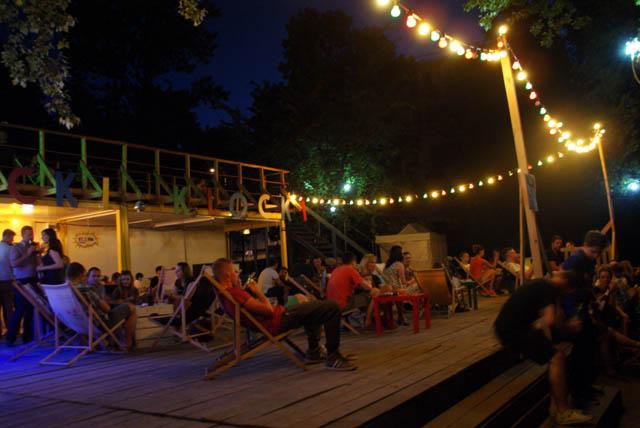 Si tous les bars n'ont pas leur petite plage, tous proposent des chaises longues où venir se détendre