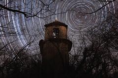 Circumpolaire au dessus des ruines de la Tour de Charbonnières (Saône et Loire) - Nuit du 12 au 13 mars 2015