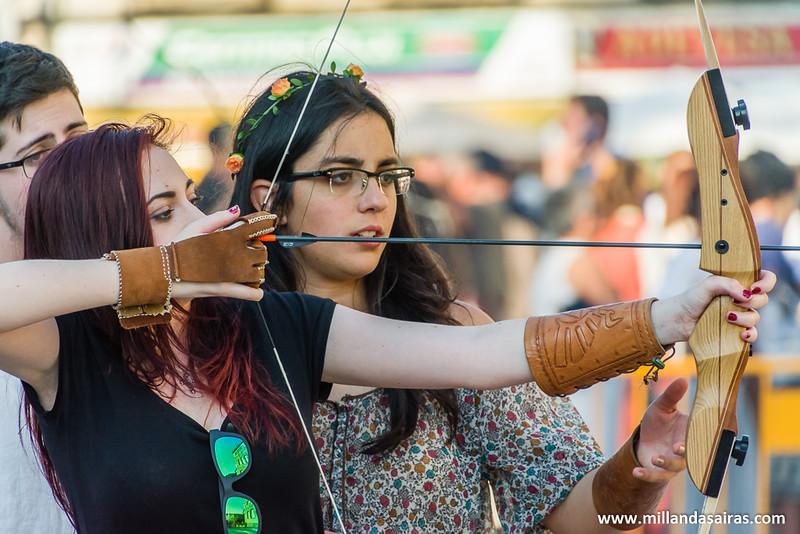 Joven aprendiz intentando dominar las artes del tiro con arco