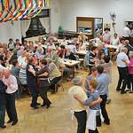 Nachdem die Tische abgeräumt sind gibt es erneut Tanz für alle