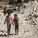 Kinder auf einem Trümmerfeld in der Provinz Idlib