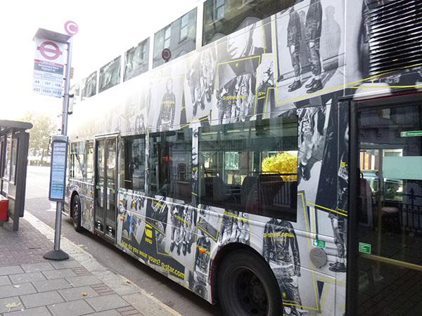 on grimpe dans le bus